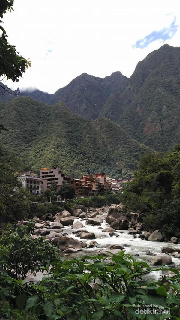 Desa Aguas Calientes dari kejauhan