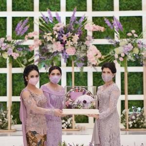 Sama-sama Cantik, Lihat Detail Gaya Krisdayanti dan Ashanty di Lamaran Aurel