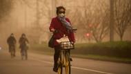 Beijing Diselimuti Kabut Asap Kuning Berbahaya Akibat Badai Pasir