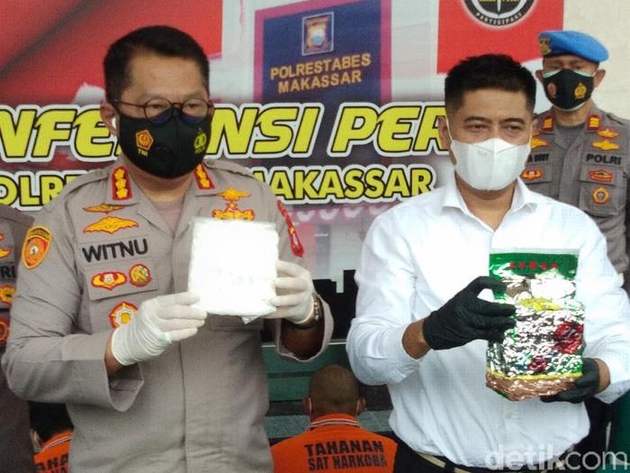 Dua kurir ditangkap polisi lantaran membawa 2 kg sabu di sebuah hotel di Makassar. Diduga mereka jaringan kurir yang ditangkap September 2020 lalu. (Hermawan M/detikcom)