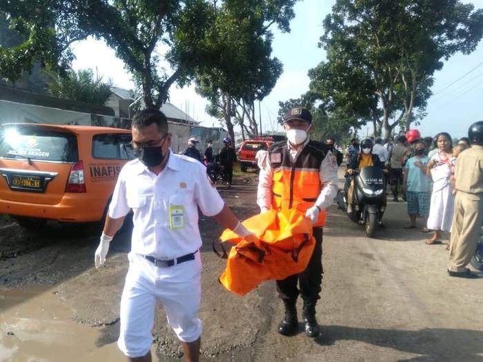 Evakuasi mayat bayi dalam tas di Sragen, Senin (15/3/2021).