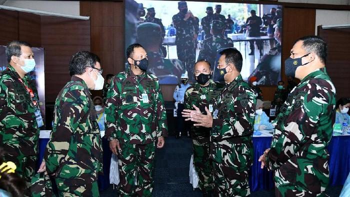 Kasau Marsekal TNI Fadjar Prasetyo meninjau vaksinasi COVID-19 3.486 prajurit TNI AU, digelar di Gedung Soeharnoko Harbani Denmabesau Cilangkap, Jakarta Timur, Senin (15/3/2021).