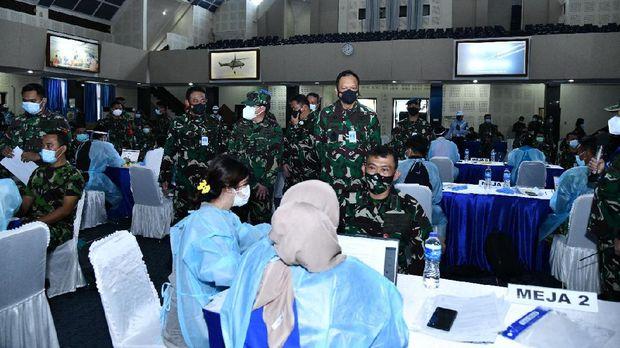 Kasau Marsekal TNI Fadjar Prasetyo meninjau vaksinasi COVID-19 3.486 prajurit TNI AU, di Gedung Soeharnoko Harbani Denmabesau Cilangkap, Jakarta Timur, Senin (15/3/2021).