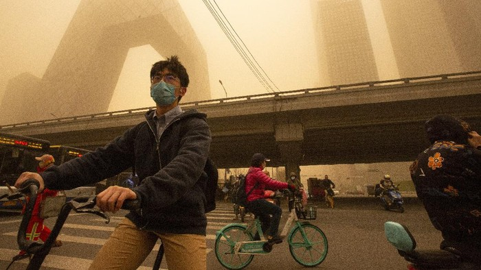 Cars are driven along a street amid a sandstorm during the morning rush hour in Beijing, Monday, March 15, 2021. The sandstorm brought a tinted haze to Beijings skies and sent air quality indices soaring on Monday. (AP Photo/Mark Schiefelbein)