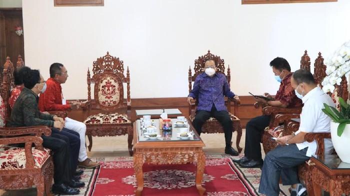 Gubernur Bali Wayan Koster membahas rencana vaksinasi COVID-19 bagi pekerja migran Indonesia (PMI) asal Bali yang sudah siap bekerja di luar negeri (dok Pemprov Bali)