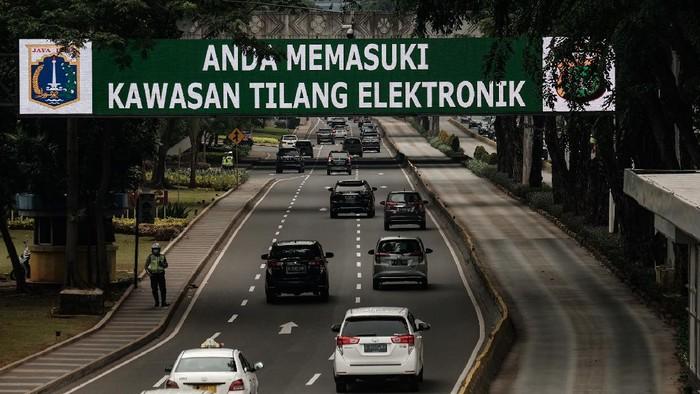 Kendaraan bermotor melewati kawasan tilang elektronik atau electronic traffic law enforcement (E-TLE) di kawasan Jl Sudirman, DKI Jakarta.