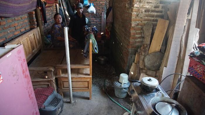 Keluarga di Mojokerto Terpaksa Tinggal di Kandang Kambing Gegara Rumah Dirobohkan Mantan Istri