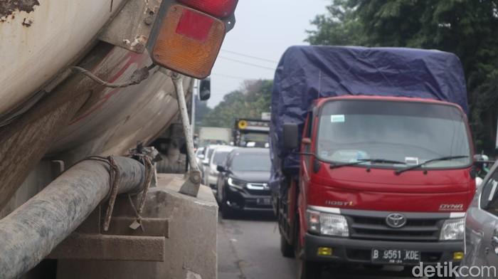 Kemacetan di Jl Raya Legok, Kabupaten Tangerang, Banten, 15 Maret 2021. (Nisrina Khairunnisa/detikcom)