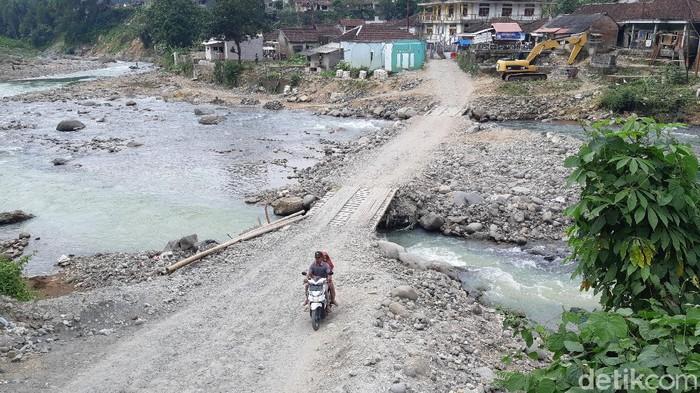 Kondisi jembatan sementara di Desa Ciladaeun, Lebak Gedong, Kabupate  Lebak