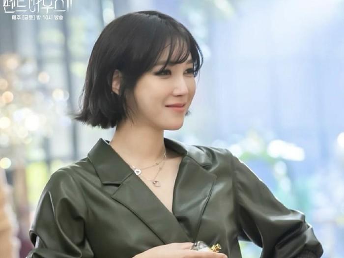 Penampilan baru Lee Ji Ah di drama Korea The Penthouse 2 bikin penonton pangling. Artis Korea ini dibanjiri pujian karena terlihat cantik awet muda di usia 43 tahun.