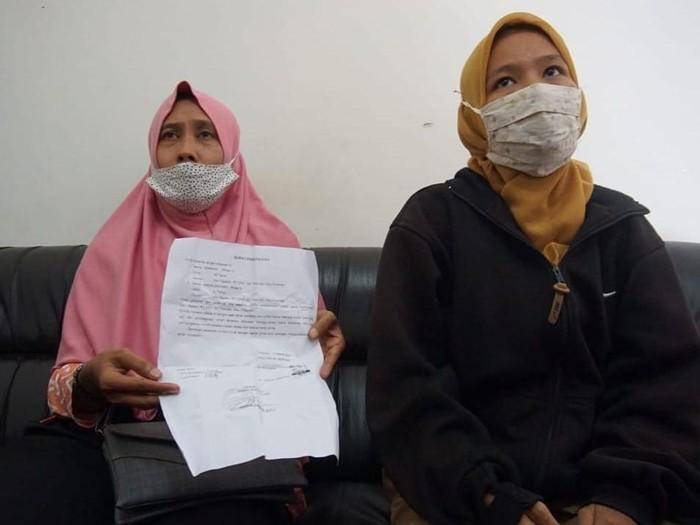 Mantan istri pertama Kasnan, Ainun Jariyah (44) bersama putrinya AM (23) di Kantor Desa Trowulan