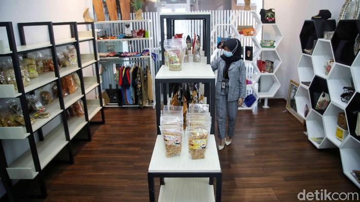 Pegawai BRI memperlihatkan produk UMKM di kawasan Rumah BUMN Bank BRI, Demak, Jawa Tengah, Senin (1/3). Rumah BUMN tersebut merupakan salah satu tempat untuk mempamerkan produk hasil UMKM di Kabupaten Demak.