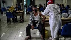 Tokoh agama mulai menjalani vaksinasi COVID-19 di kantor Walikota Jakarta Utara. Vaksinasi ini merupakan salah satu upaya untuk mencegah penularan COVID-19.