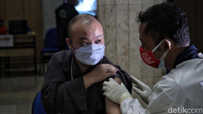 Petugas tenaga kesehatan memberikan vaksin kepada tokoh agama di kawasan Balai Yos Sudarso Kantor Walikota Jakarta Utara, Senin (15/3). Pencanangan Vaksinasi Corona Virus Disease 2019 (Covid-19) bagi tokoh agama digelar di Balai Yos Sudarso, Kantor Walikota Administrasi Jakarta Utara. Pencanangan menandai telah dimulainya vaksinasi bagi tokoh agama yang juga digelar di setiap Puskesmas Kelurahan se-Jakarta Utara.