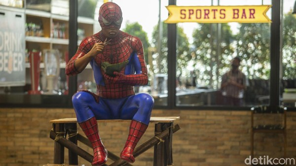 Seni instalasi berupa superhero Spiderman dipamerkan di Plaza Indonesia, Jakarta, Senin (15/3/2021).