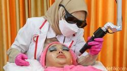 Perawatan wajah tidak bisa dilewatkan meski pandemi. Seperti yang dilakukan para selebritis disela-sela rutinitas mereka. Salah satunya Lucinta Luna.