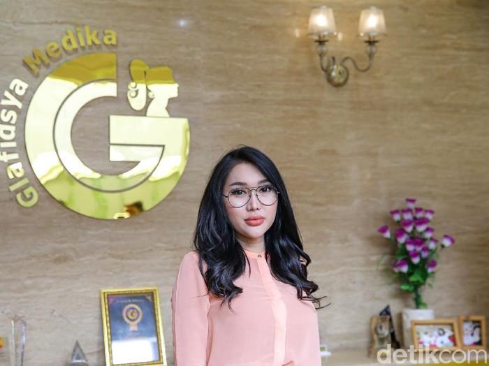 Dokter Reza Gladys melakukan perawatan kecantikan kepada artis Lucinta Luna di klinik Glafidsya Medika, Lebak Bulus, Senin (15/3/2021).