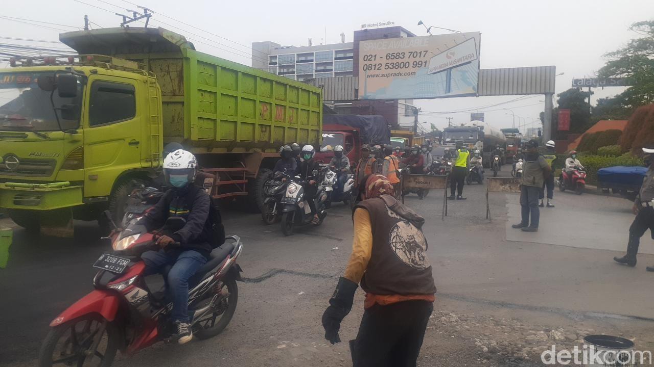 Perbaikan jalan di Jl Raya Industri, Kabupaten Bekasi. (Afzal Nur Iman/detikcom)