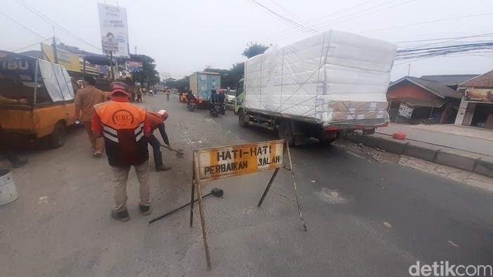 Perbaikan lanjutan Jl Raya Industri di Kabupaten Bekasi yang rusak, 15 Maret 2021. (Afzal Nur Iman/detikcom)