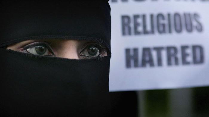 Sri Lanka telah mengambil langkah signifikan untuk melarang burka dan penutup wajah lainnya di tempat umum, dengan alasan keamanan nasional.