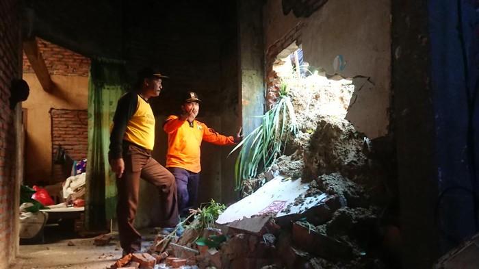 Plengsengan tebing setinggi 12 meter dengan panjang 17 meter di Tulungagung longsor, akibatnya dinding rumah salah satu warga jebol dan retak-retak. Longsor juga mengancam rumah warga yang lain.