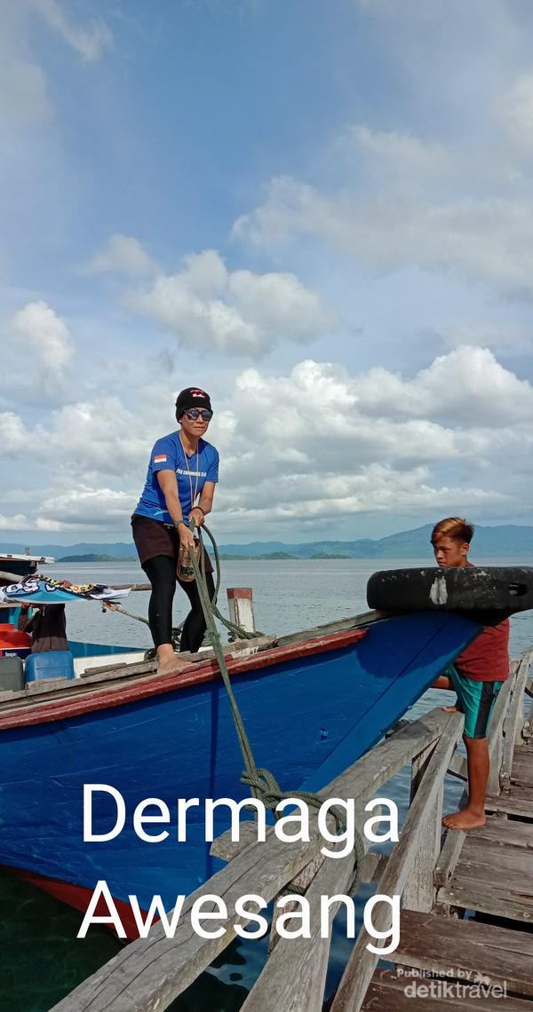 Kapal Kayu satu satunya alat transportasi menuju Pulau Pasoso