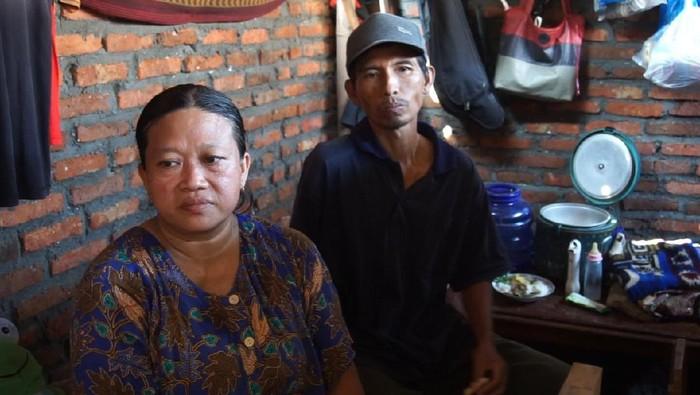 Rumah yang selama ini dihuni Kasnan (50), dirobohkan mantan istri pertamanya. Tukang kayu ini ternyata sudah menikah tiga kali.