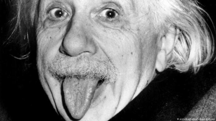 Saat Sang Profesor Julurkan Lidah: Kisah di Balik Foto Paling Ikonik Einstein