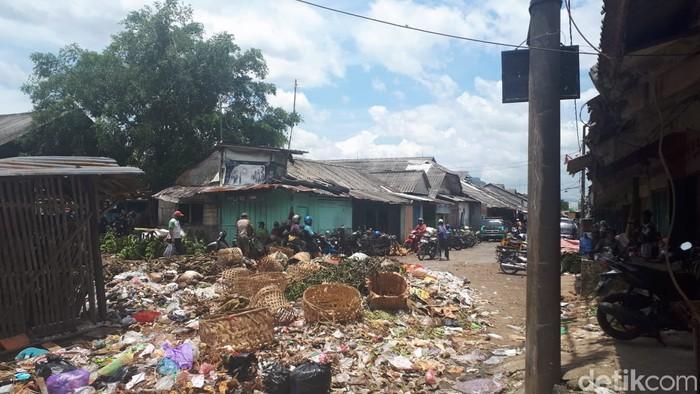 Sampah menumpuk dan berserakan di Pasar Ajibarang, Banyumas, Jawa Tengah, 14 Maret 2021. (M yusuf Fanany/detikcom)