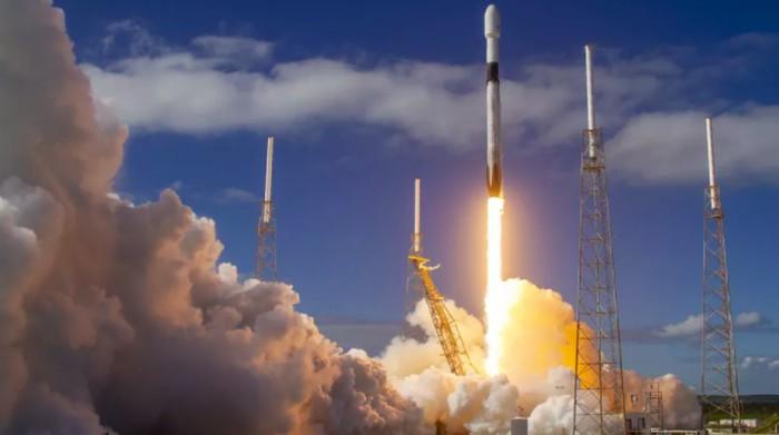 Roket Falcon 9 SpaceX membawa satelit internet Starlink