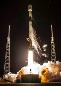 Roket Falcon 9 SpaceX membawa satelit internet Starlink