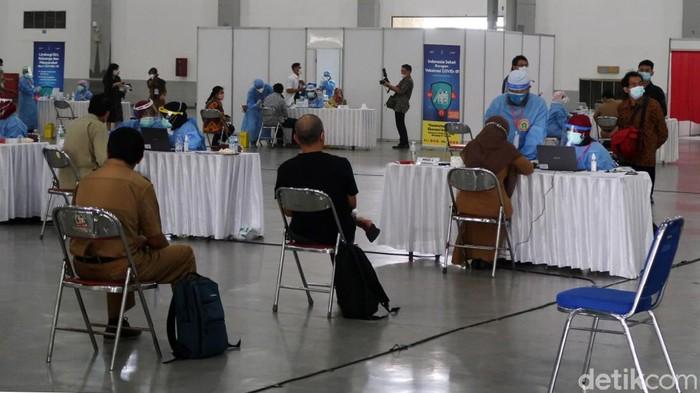 Pemerintah Daerah Istimewa Yogyakarta (Pemda DIY) mulai melaksanakan vaksinasi Corona massal untuk Aparatur Sipil Negara (ASN) di Jogja Expo Center (JEC). Kegiatan yang dimulai hari ini hingga tanggal 19 Maret 2021 sempat diwarnai kerumunan antrean.