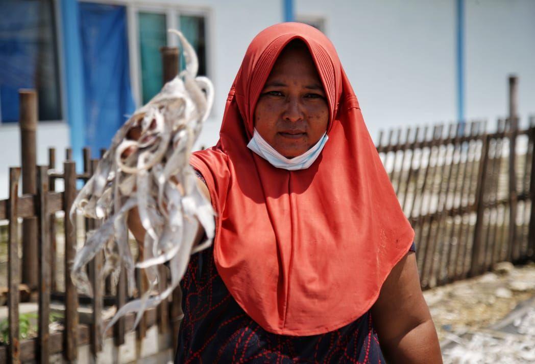 Tak hanya melaut, perempuan nelayan yang ada di pesisir Kabupaten Demak punya cara sendiri untuk menghasilkan pundi-pundi uang.