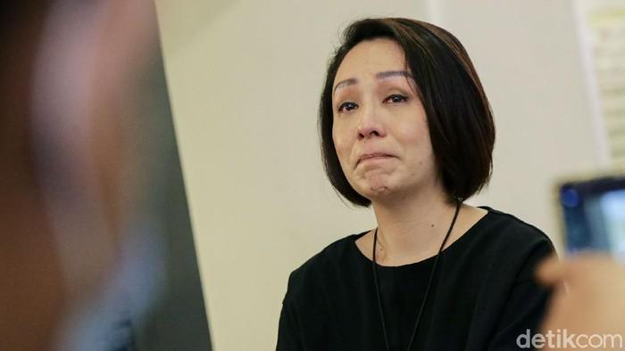 Isteri Direktur Utama Taspen Antonius Nicholas Stephanus Kosasih, Rina Lauwy Kosasih terlihat meneteskan air mata usai jalani pemeriksaan di Polda Metro Jaya.
