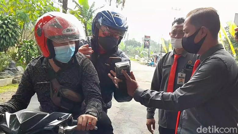 Mulai hari Senin (15/3/2021) Pemkab Tegal, Jawa Tengah, mulai memberlakukan sistem pembayaran non tunai untuk masuk obyek wisata alam Guci. Wisatawan tidak perlu lagi mengeluarkan uang tunia, cukup menggunakan QR Code atau QRIS.