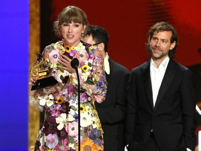 LOS ANGELES, CALIFORNIA - MARCH 14: (L-R) Laura Sisk, Taylor Swift, Jack Antonoff, Jonathan Low and Aaron Dessner accept the Album of the Year award for Folklore onstage during the 63rd Annual GRAMMY Awards at Los Angeles Convention Center on March 14, 2021 in Los Angeles, California.   Kevin Winter/Getty Images for The Recording Academy/AFP (Photo by KEVIN WINTER / GETTY IMAGES NORTH AMERICA / Getty Images via AFP)
