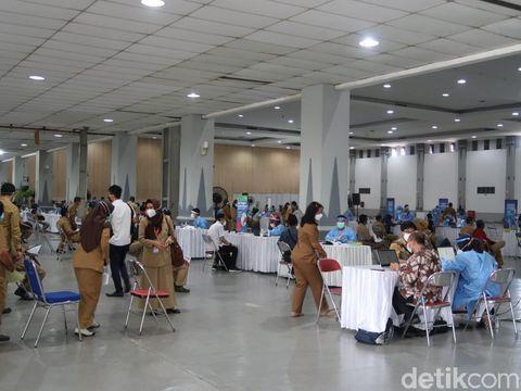 Vaksinasi Corona untuk PNS di Yogyakarta, di JEC, Bantul, Senin (15/3/2021).