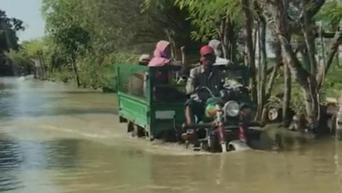 Warga 49 Desa di 6 Kecamatan Lamongan Hanya Pasrah rumahnya terendam banjir