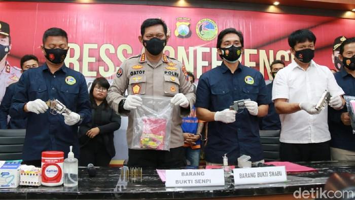 Bandar sabu asal Mojokerto diringkus Ditresnarkoba Polda Jawa Timur. Tak hanya mengamankan 5,86 gram sabu, polisi juga menyita 3 pistol rakitan.