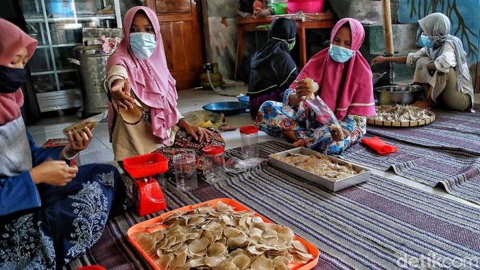 Sejumlah warga tergabung dalam Komunitas Perempuan Nelayan Puspita Bahari di Bonang, Demak, Jawa Tengah. Mereka mengolah ikan kering untuk menjadi oleh-oleh.