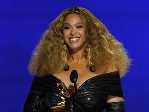 Pecahkan Rekor di Grammy, Beyonce Curi Atensi dengan Gaun Kuku Emas