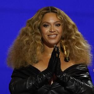 7 Gaya Seksi Beyonce saat Pecahkan Rekor di Grammy, Pakai Sarung Kuku Emas