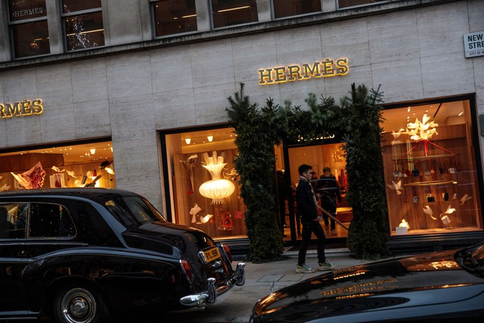 LONDON, ENGLAND - DECEMBER 18: A man walks past a Hermes store on New Bond Street on December 18, 2018 in London, England. (Photo by Jack Taylor/Getty Images)