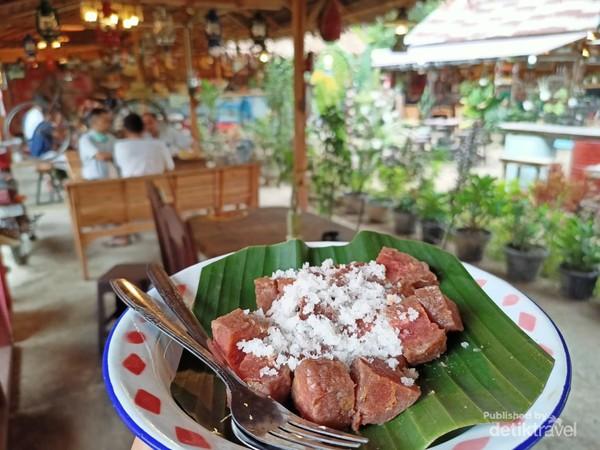 Salah satu menu bernama deughok, makanan paduan tepung dan pisang yang di olah dan di kukus, di sajikan dengan kelapa parut