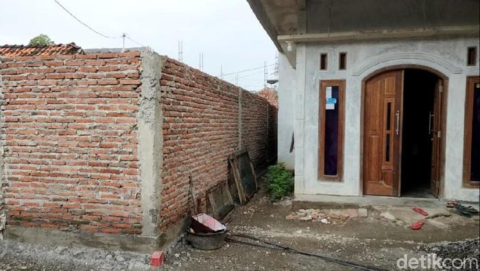 Satu unit rumah di Pemalang viral karena tutup akses jalan tiga rumah hingga terisolasi. Polisi-Bupati Pemalang turun ke lapangan untuk mengecek persoalan ini.