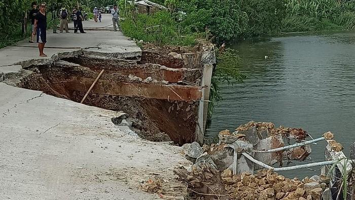 Jalan di Kampung Genteng, Teluknaga, Kabupaten Tangerang, longsor. (Dok Diskominfo Tangerang)