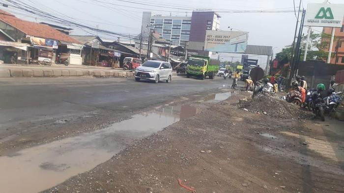 Jl Raya Industri Bekasi bebas genangan berbahaya meski diguyur hujan lebat.