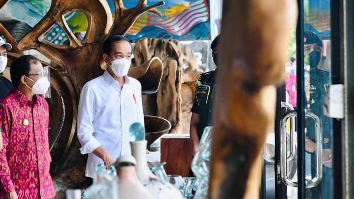 Jokowi saat berkunjung ke toko kerajinan di Ubud Bali (Foto: Laily Rachev - Biro Pers Sekretariat Presiden)