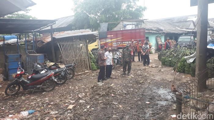 Kepala Pasar Induk Ajibarang, Cahyono, berkemeja putih, di lokasi yang semula menjadi timbunan sampah di Pasar Ajibarang. (M Yusuf Fanany/detikcom)