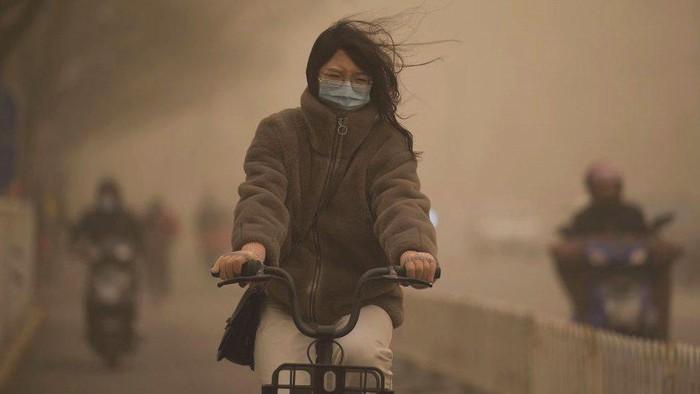 Ketika badai pasir terbesar melanda Beijing di tengah polusi parah, warga menyebut kondisi seperti kiamat